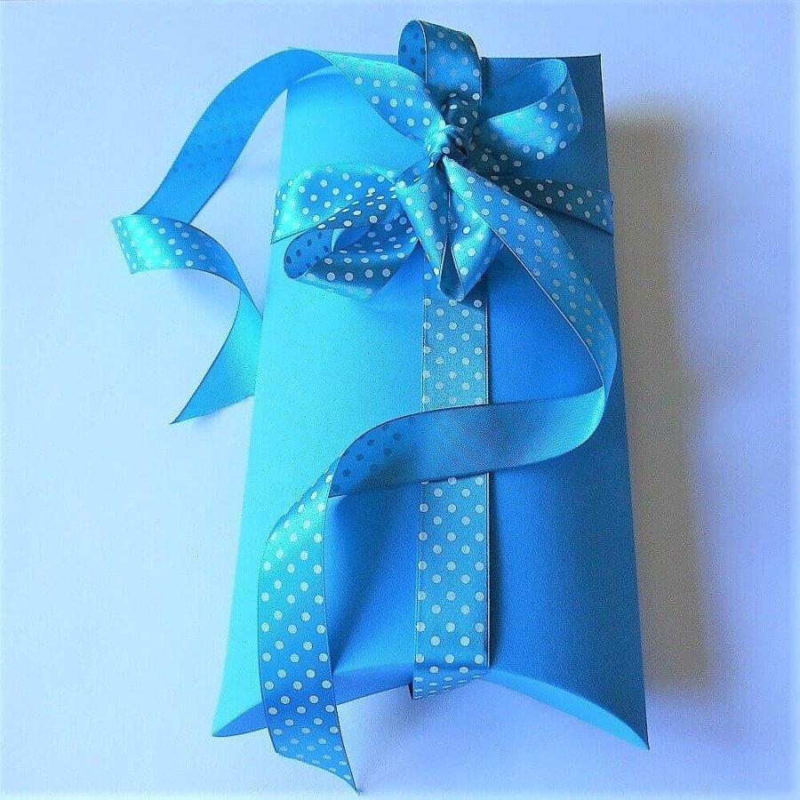 """Opakowanie prezentowe, pudełko """"poduszka"""", wstążka niebieska w kropki"""